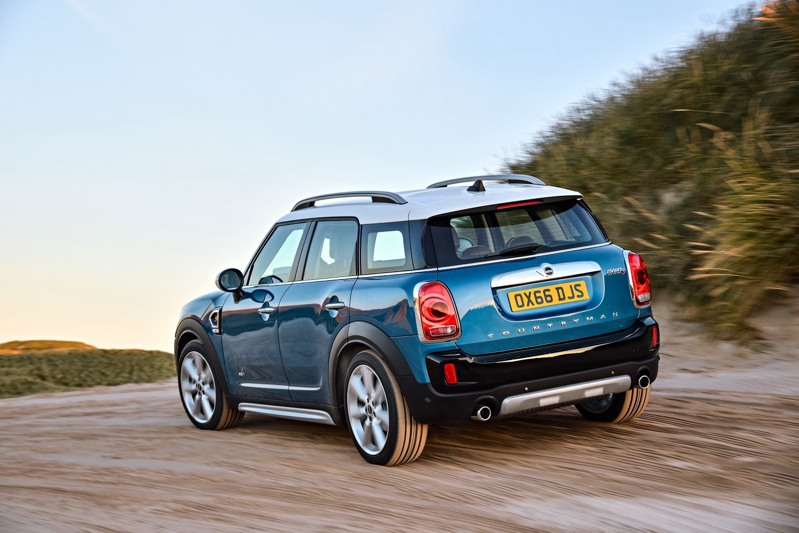all new 2017 mini countryman is bigger brawnier and comes as a phev carscoops. Black Bedroom Furniture Sets. Home Design Ideas