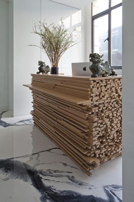 Desain kreatif meja dari tumpukan kayu