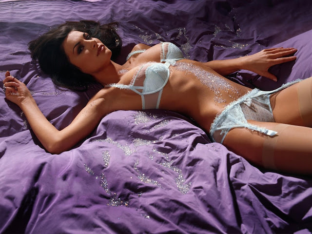 sexy-hd-women-with-diamond-in-bed