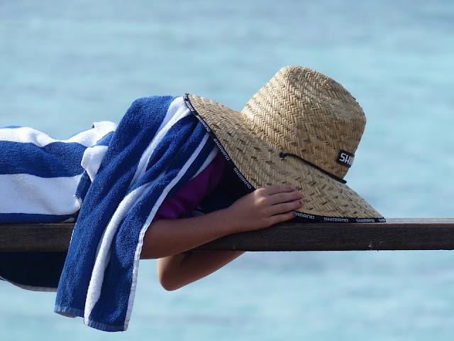Proteger a los niños del sol con sombreros, gorros y viseras
