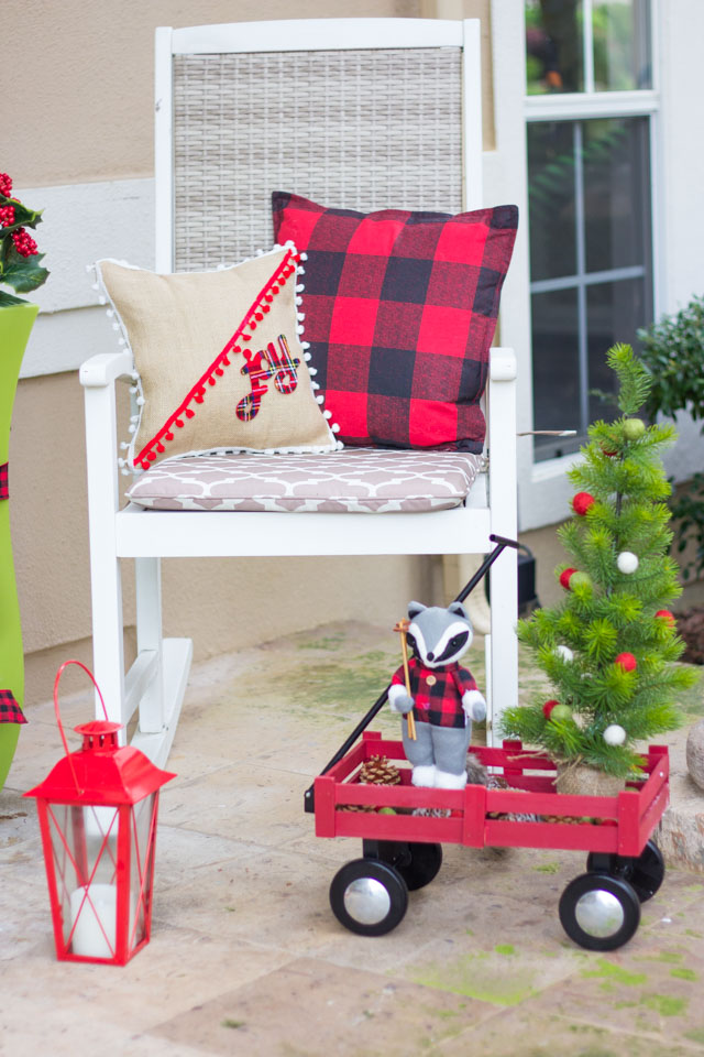This fabulously plaid Christmas front porch is full of simple plaid decorating ideas! #plaid #plaidchristmas #christmasfrontporch #christmasdecor #plaidcrafts