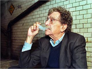 Bônus: clique na imagem para uma surpresinha escondida. (Ou: Cadê a imagem que tava aqui? Então leia isso aqui: http://mundo-editorial.blogspot.com/2011/06/como-escrever-com-estilo-kurt-vonnegut.html )