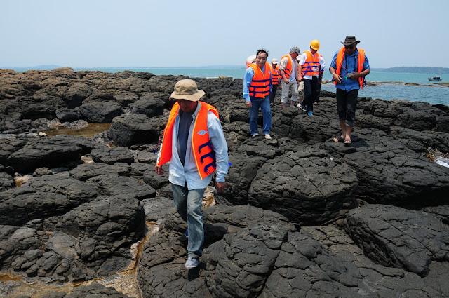 Đoàn chuyên gia khảo sát trên một bình nguyên núi lửa rộng lớn ở Quảng Ngãi