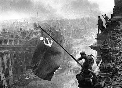 La histórica foto de la bandera soviética sobre el Reichstag de Berlín