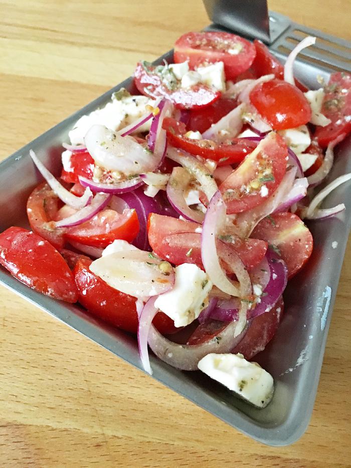 Grillpfännchen mit Schafkäse und Tomaten