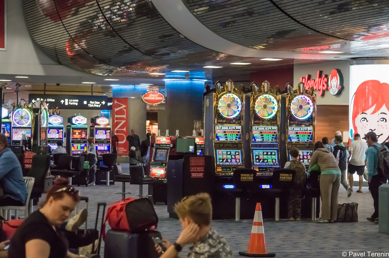аэропорту нас встретили повсеместнные игровые автоматы