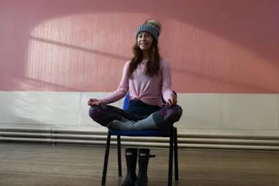 Yoga trên ghế- Hình thức tập luyện cực kỳ đặc biệt ở các nước phương Tây