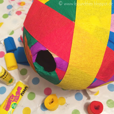 Luftballon eingewickelt in Kreppbänder, Klebstoff