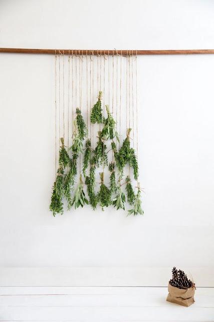 Árbol de Navidad boho hecho con ramas aromáticas y cuerda