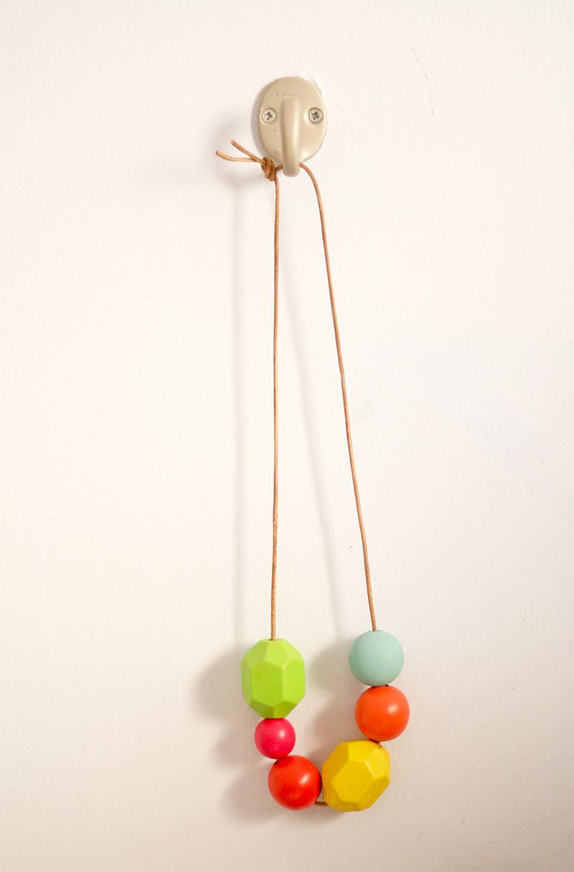 Resultado final collar bolas de madera hecho a mano