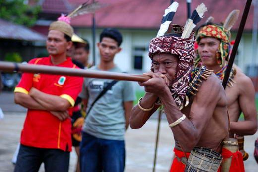 FBBK+SUMPIT dibutuhkan+teknik+pernapasan+yang+baik+guna+jarum+sumpit+tepat+sasaran Sumpit, Senjata Suku Dayak Yang Lebih Ditakuti Dari Peluru