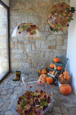 decoración de otoño para escaparate y calabazas
