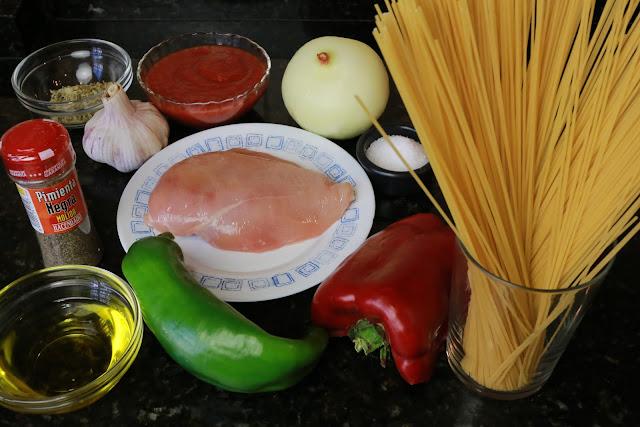 Ingredientes para espaguetis con pollo y verduras