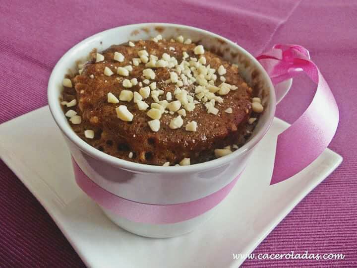 Mug cake de chocolate y almendras al microondas