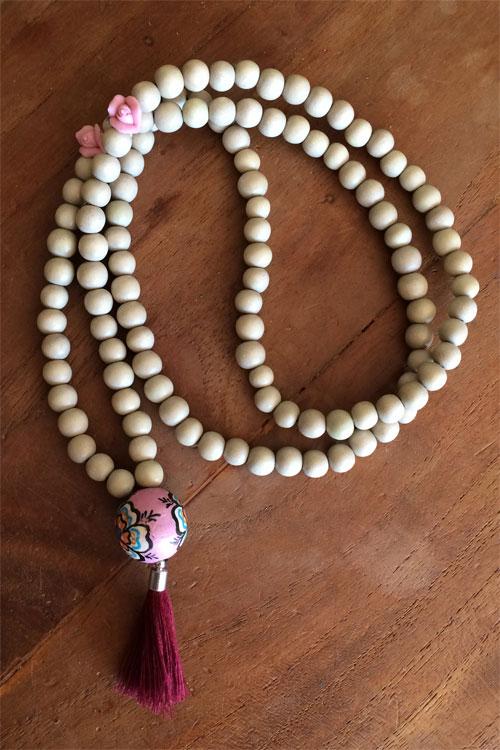 gypsy houten ketting almond met 2 roze keramiek roosjes