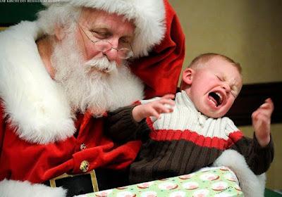 Weihnachten nervt lustiges schreiendes Baby beim Weihnachtsmann