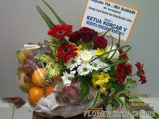 rangkaian bunga parcel bunga dan buah untuk ucapan semoga lekas sembuh