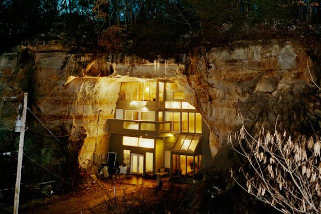 岩と融合した建築?自然と融合してしまった建築たち8選 洞窟と融合した建築