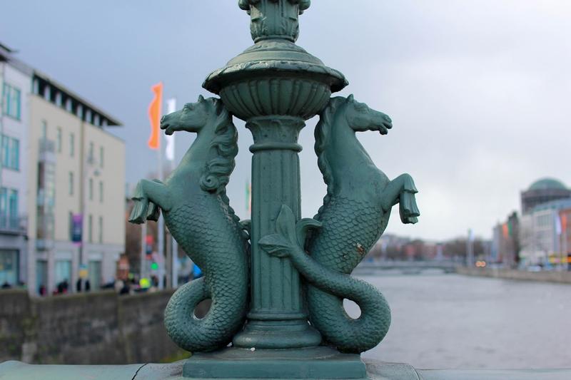 sculptures d'un mélange entre chevaux et poissons