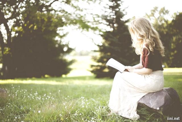 ảnh cô gái ngồi đọc sách