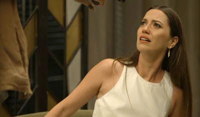 Fabiana (Nathalia Dill) entrega celular a Rael (Rafael Queiroz) após ser ameaçada com uma arma, na novela 'A Dona do Pedaço' — Foto: Globo