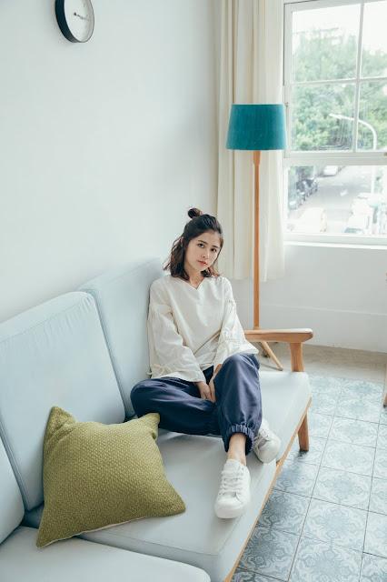 小屋夢鏡v領造型袖上衣-折光白