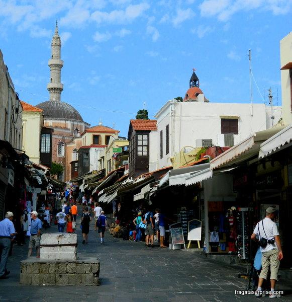 Rua Socratous, antigo bazar turco na cidade medieval de Rodes - Grécia
