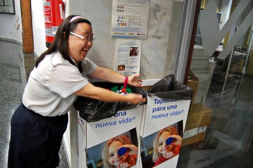 Trabajadores y viajeros de FGV han aportado en cinco años 6,1 millones de tapones de plástico para financiar proyectos solidarios