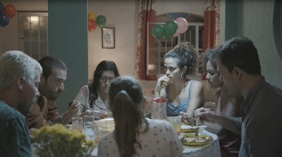 Família almoça e Érica observa Sandro — Foto: TV Globo