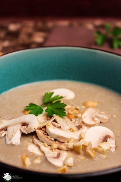 schnell zubereitete Pilzsuppe mit Nüssen
