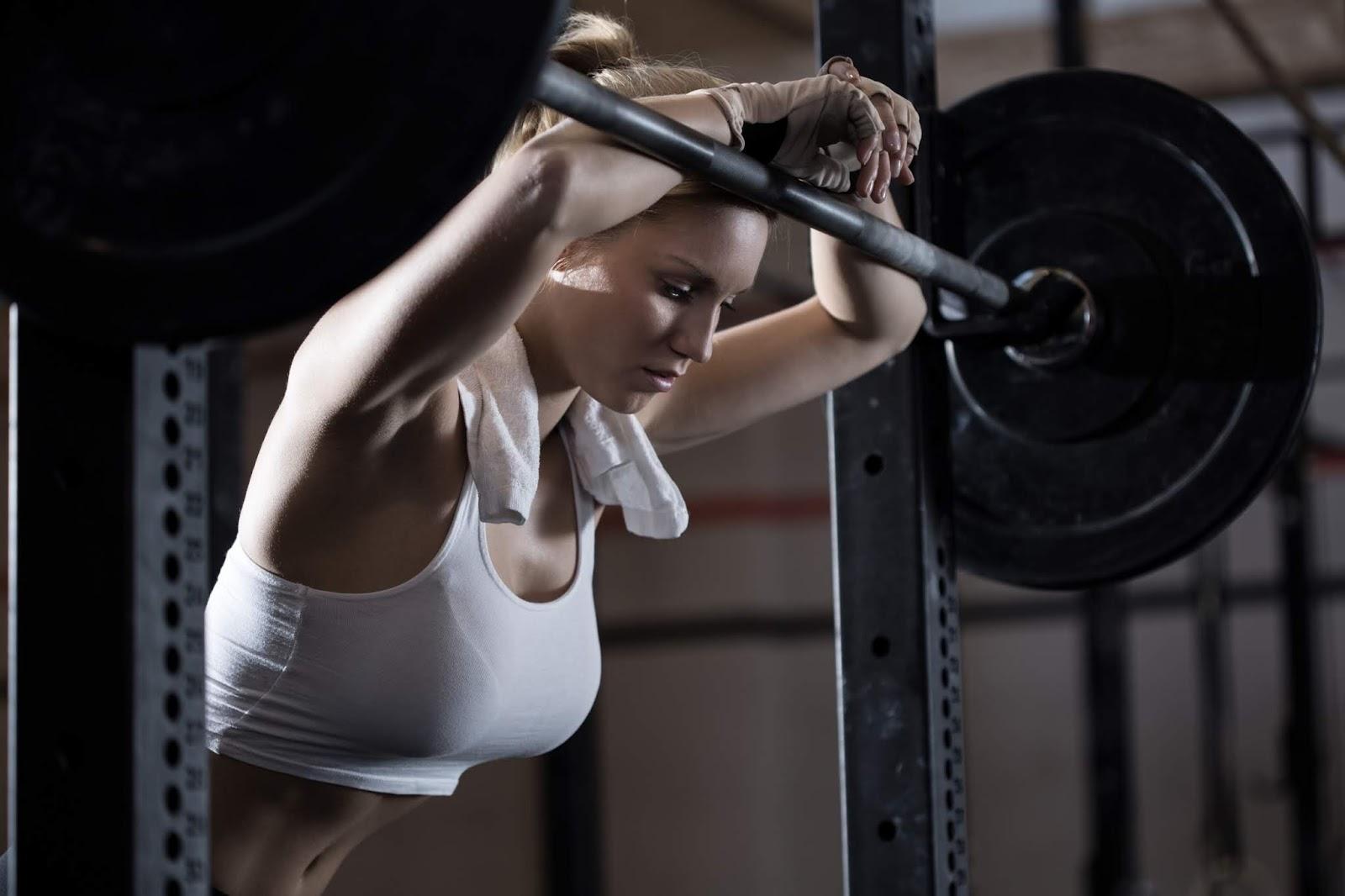 Mujer en el gimnasio, barra | Rane Forti