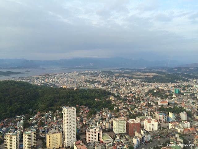 Thành phố Hạ Long nhìn từ núi Bài Thơ