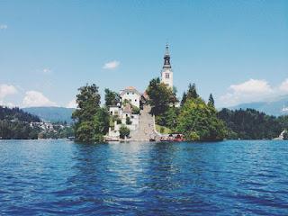 Une île au milieu du lac