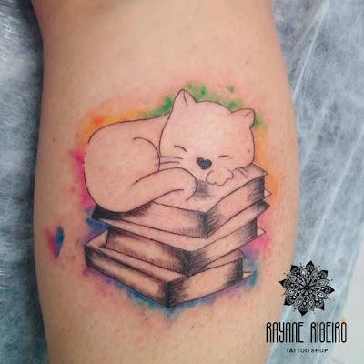 Tatuagem traço fino gatinho livro
