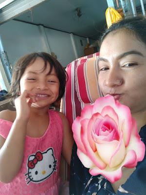 Foto van de eigenaresse van Bamboo Hut en haar dochter