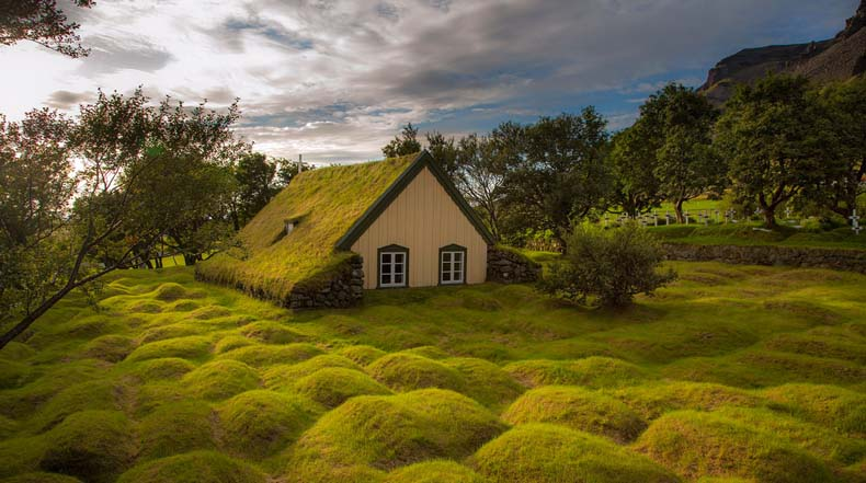 La encantadora iglesia de césped de Hof, Islandia