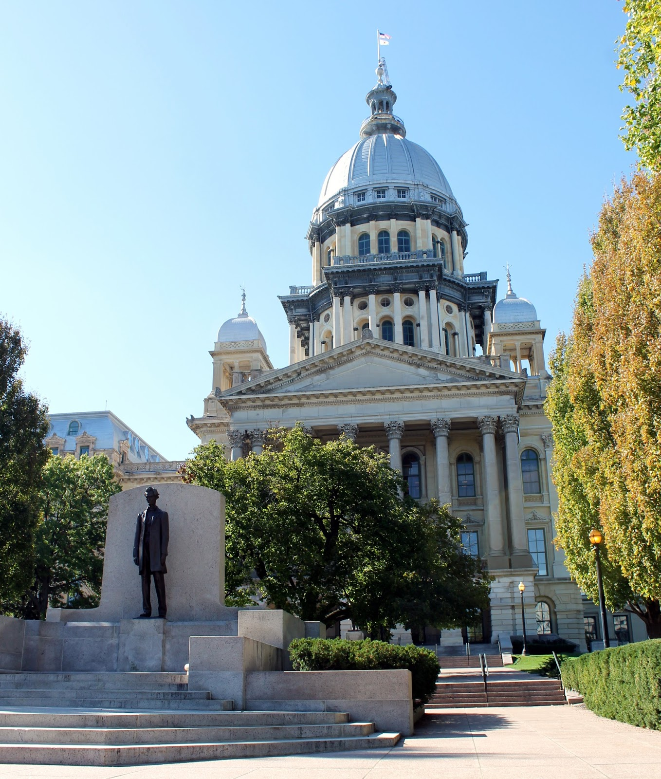 the dome at 361 feet is the tallest domed state capitol in the country and is even taller than the the u s