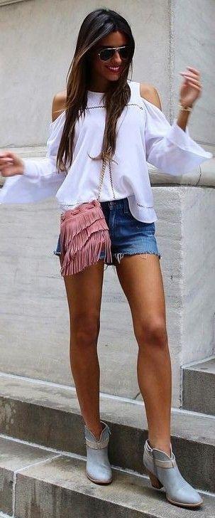 Look do dia - Camisa branca sem ombros, calções de ganga  e mala rosa com franjas