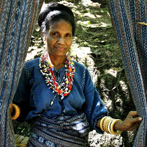 Tinuku Travel Watublapi Village, watch and learn making rare woven fabric and beautiful dance