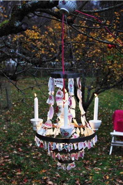Chandelier terbuat dari pecahan piring dan mangkok keramik yang rusak