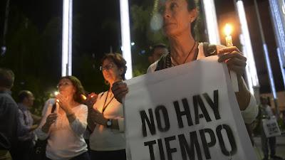 Marcha similar en la ciudad de Medellín, donde los manifestantes exhortan a no perder el tiempo para llegar a un consenso nacional sobre el acuerdo de paz, 20 de octubre de 2016.