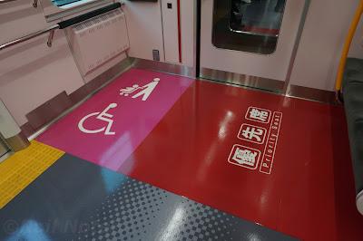 E235系車椅子・ベビーカー用スペース