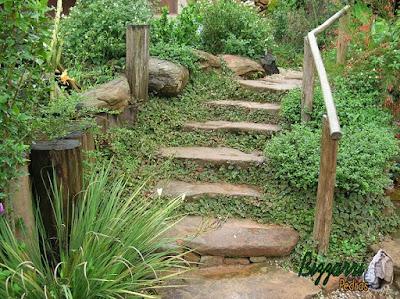Pedra moledo para escada de pedra no jardim com pedras isoladas com junta de grama.