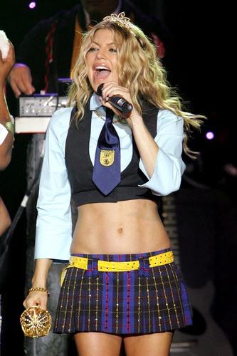 Foto de Fergie cantando con pequeña corbata