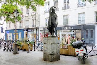 Paris : L'homme au bras levé, une oeuvre signée Olivier Brice. Itinéraire mouvementé d'un artiste retombé dans l'oubli - IIème