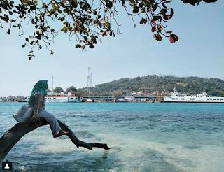 Terletak tepat di depan pelabuhan penyeberangan Merak-Bakauheni, Pulau Merak Besar memiliki  luas areal sekitar 20 Ha.