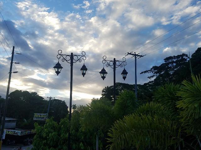 Ayuntamiento sustituyes  lámparas dañadas  en Parque y plazas