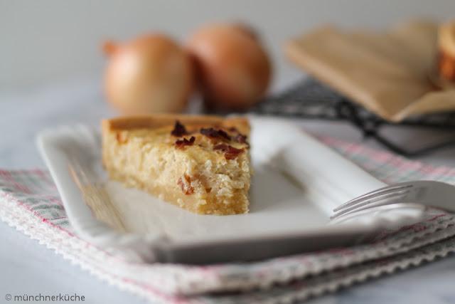Zwiebelkuchen mit Speck und Mürbteigboden.