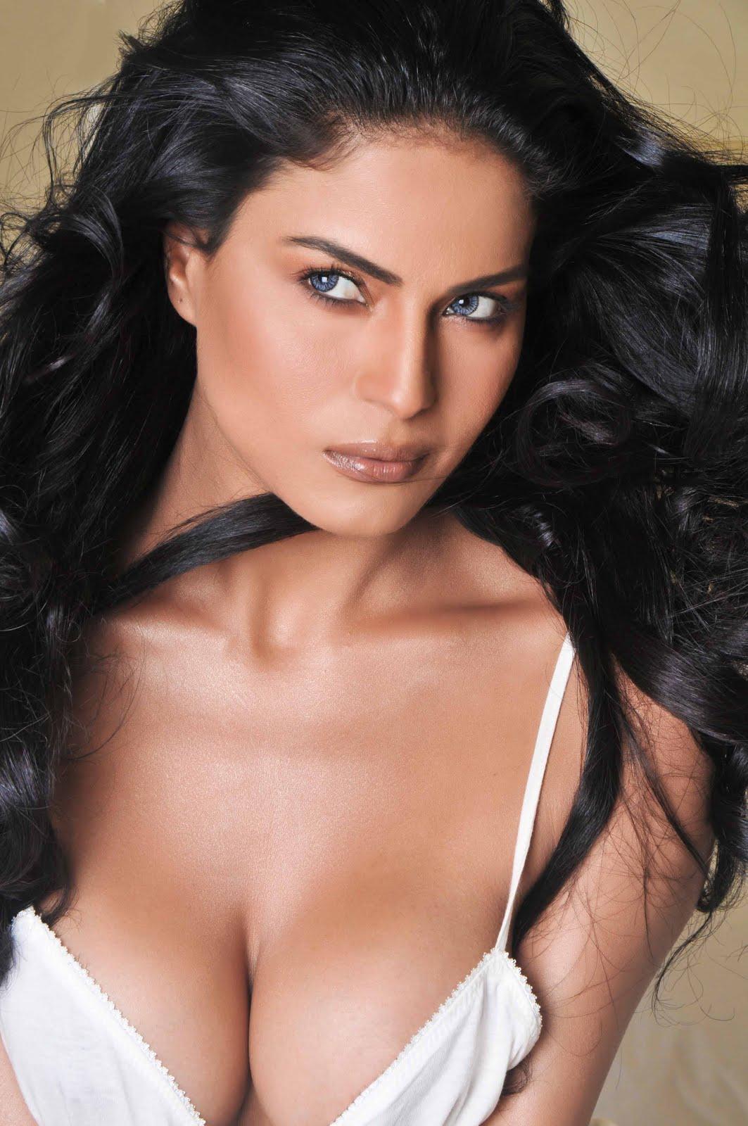 Celebrity Gossip: Nude FHM scandal model Veena Malik