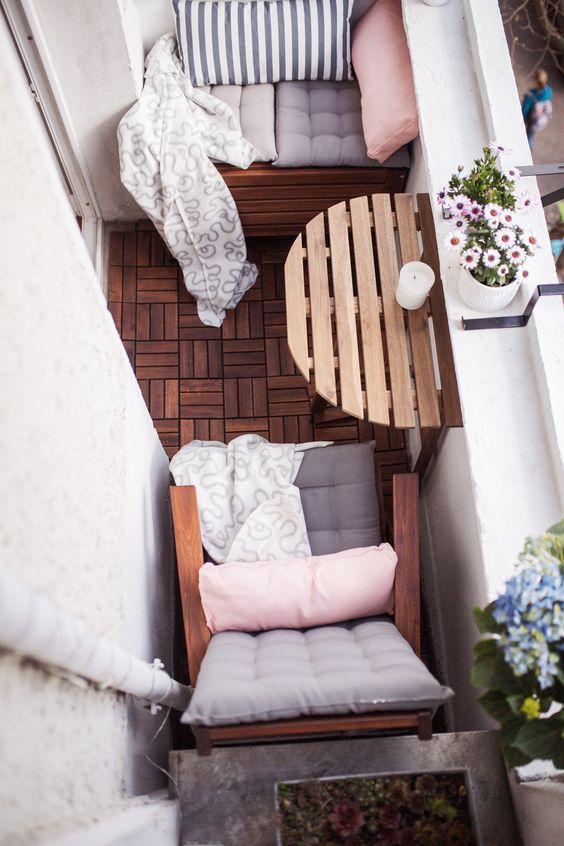 Michelle tiny tiny balcony for Balcony translate